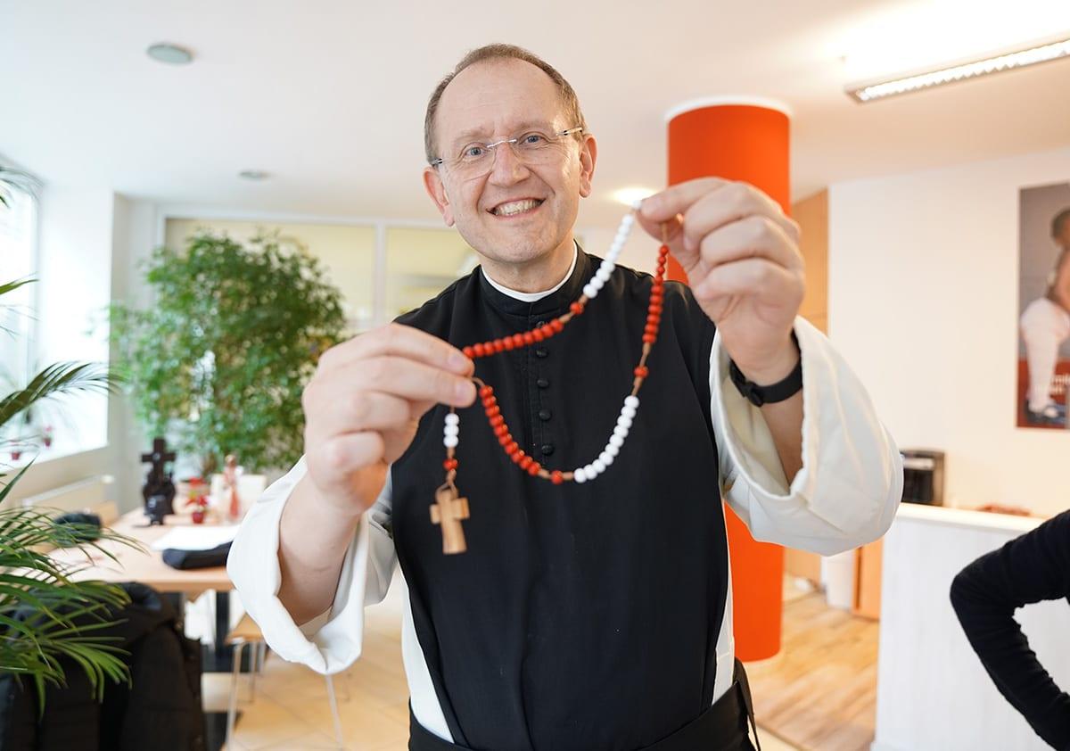 Pater Karl betet den Rosenkranz