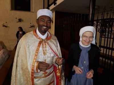 Abba Petros beim Verteilen der Äthiopischen Kreuzchen