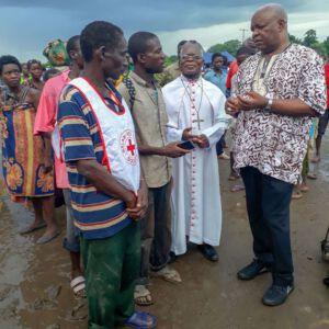 Bischof Martin Mtumbuka (l.) und Bischof Thomas Msusa (r.)