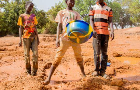 Kinder waschen Gold aus dem abgebauten Gestein.