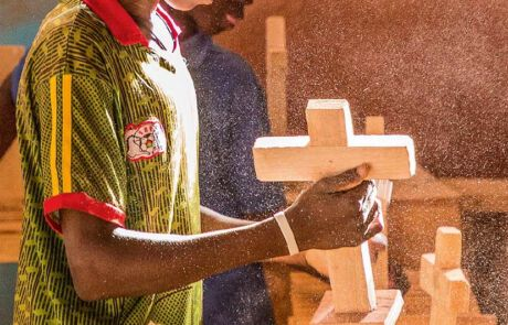 Burkinischer Junge wird als Tischler ausgebildet