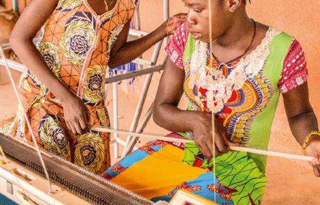 Burkinisches Mädchen erlernt Beruf als Weberin