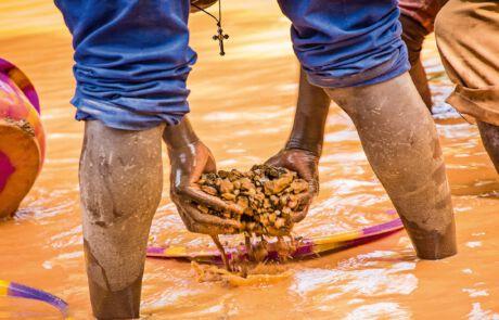 Goldwäscher versuchen die Goldpartikel von der Erde zu trennen.
