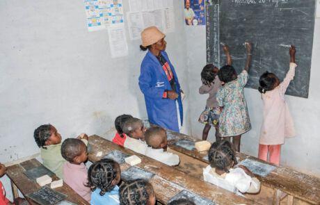 Kinder auf Madagaskar bekommen Vorschulunterricht