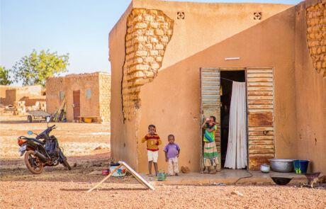 Kinder vor ihrem Zuhause in Burka Faso.