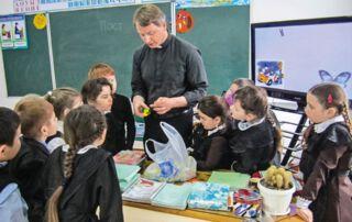 Pater Leopold arbeitet in den Schulen Kasachstans