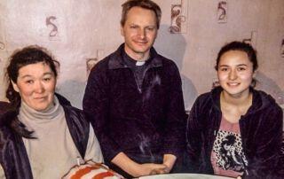 Pater Leopold mit einheimischen Kasachen
