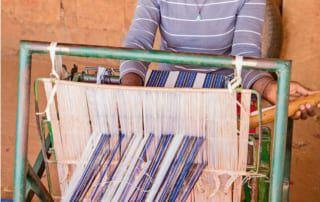Die von Hand gewebten Stoffe werden verkauft.