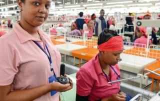Eine Vorarbeiterin stoppt die Zeit, denn niemand darf länger als zehn Sekunden zum Verpacken eines T-Shirts brauchen