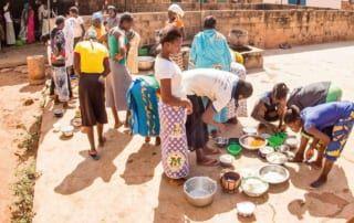 In der Küche kochen die Mädchen abwechselnd für die über 70 Bewohnerinnen des Aufnahmezentrums.