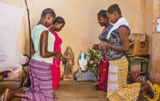 Mädchen beten um Marias Schutz