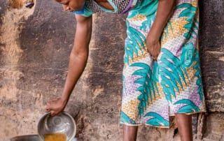 Mädchen im Aufnahmezentrum Burkina Fasos kochen füreinander.