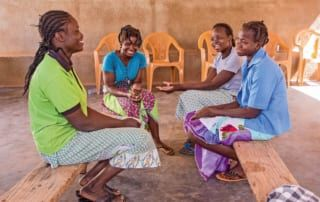 Mädchen unterhalten sich im Aufnahmezentrum.