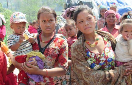 Mütter leben in schwierigen Bedingungen in Nepals Ziegelfabriken