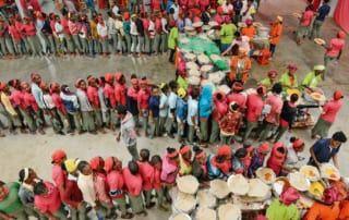 Mittag essen die Näherinnen das traditionelle Fladenbrot Injera