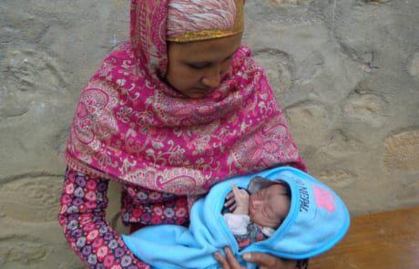 Mutter mit Neugeborenen in der Ziegelfabrik