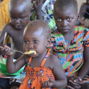 Baby erhält Nahrung im Baby-Ernährungszentrum.