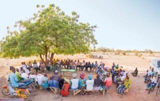 Dorfbewohner praktizieren ein Ritual in Burkina Faso.