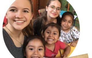 Hannah Spitzer mit Kindern aus Peru