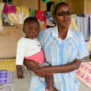 Volontärinnen kümmern sich liebevoll um die Babys.