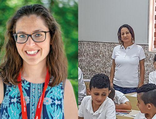 Zwei Lehrerinnen begleiten junge Menschen auf dem Weg