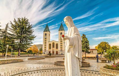 Jesusstatue vor einer Kirche