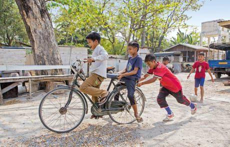 Kinder fahren auf einem Fahrrad