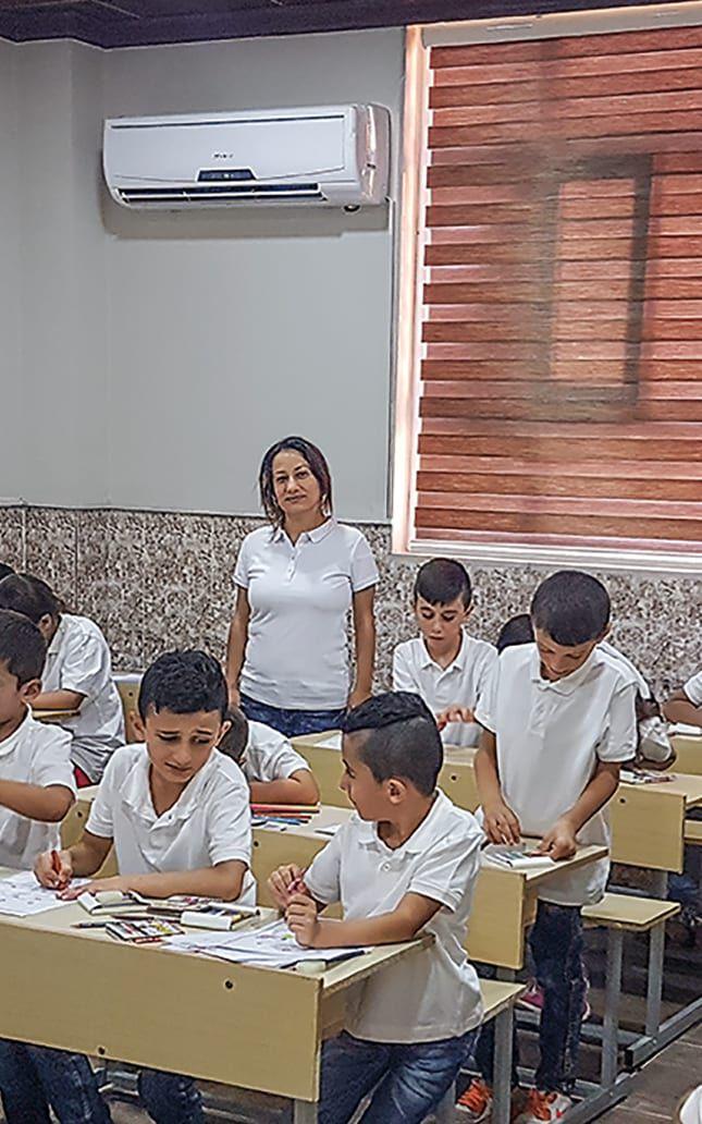 Lehrerin unterrichtet in einer Schule in Kurdistan