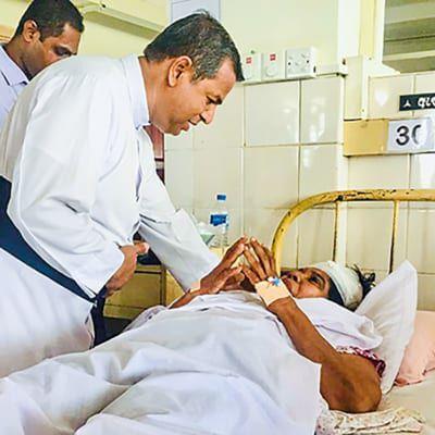 Mann hält die Hand von einer Patientin