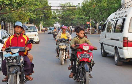 Kleine Kinder fahren Moped