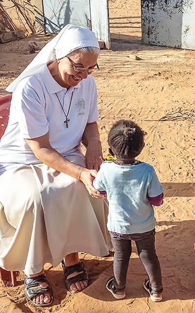 Schwester Mariangela Mayer mit einem senegalischem Kind