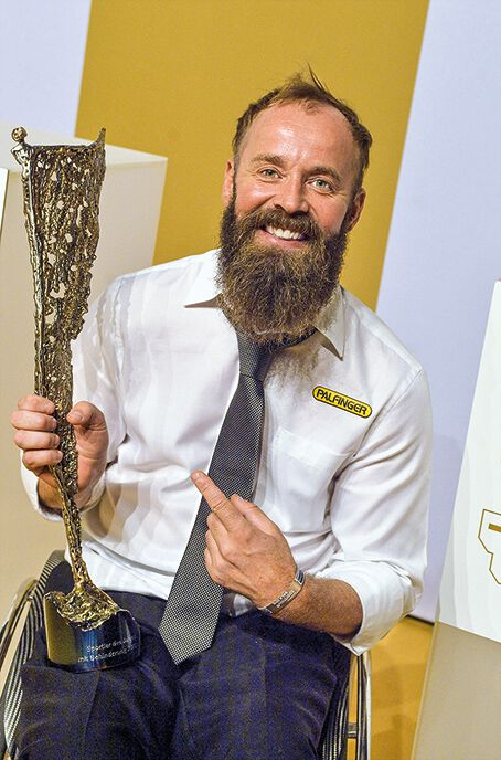 Thomas Geierspichler mit einem Pokal in der Hand