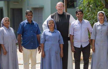 Missio Österreich Nationaldirektor Pater Karl Wallner zu Besuch bei den Ordensfrauen und Ordensmännern, die sich um die Kinder kümmern.