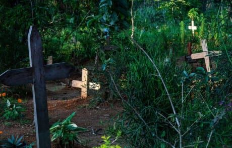 Friedhof mit neuen Gräbern in der DR Kongo.