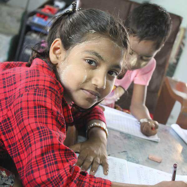 Kinder üben das Schreiben.
