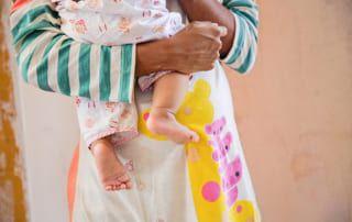 Jugendliche Mutter in Myanmar © Simon Kupferschmied