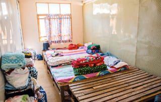 Frauen und ihre Babys teilen sich ein Zimmer