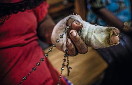 Terrorpfer beten für die Hinterbliebenen der Attacke