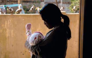 Unverheiratete und schwangere Mädchen kämpfen in Myanmar