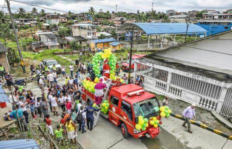 kolumbianischer Bischof verspritzt Weihwasser in Armenviertel