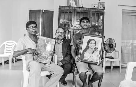 schockierte Familie nach dem Terrorattentat in Sri Lanka