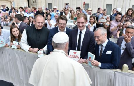 """Pater Karl Wallner, Martin Iten, Bernhard Meuser und Johannes Hartl überreichen Papst Franziskus das """"Mission Manifest"""""""