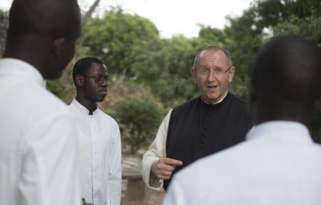 Pater Karl Wallner im Gespräch mit Seminaristen im Senegal