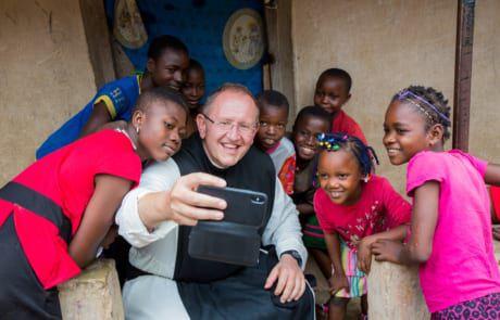 Pater Karl mit Kindern in Nigeria