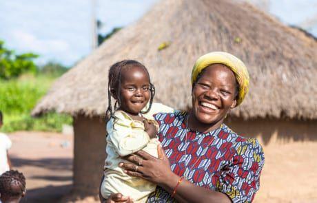 Menschen in Afrika helfen