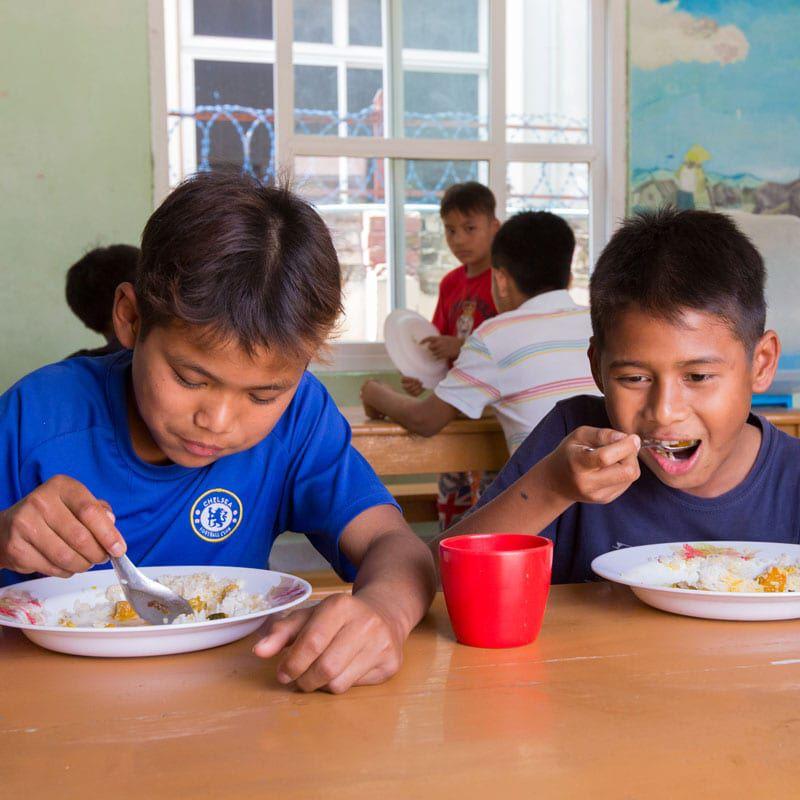 Straßenkinder bekommen eine warme Mahlzeit.