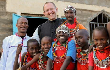 Pater Karl Wallner zu Besuch in einer Schule der Maasai in Kenia