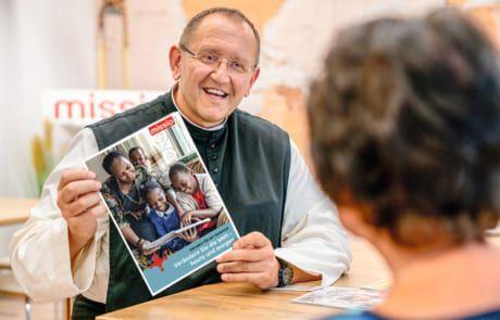 Pater Karl beratet mit dem Testamentratgeber