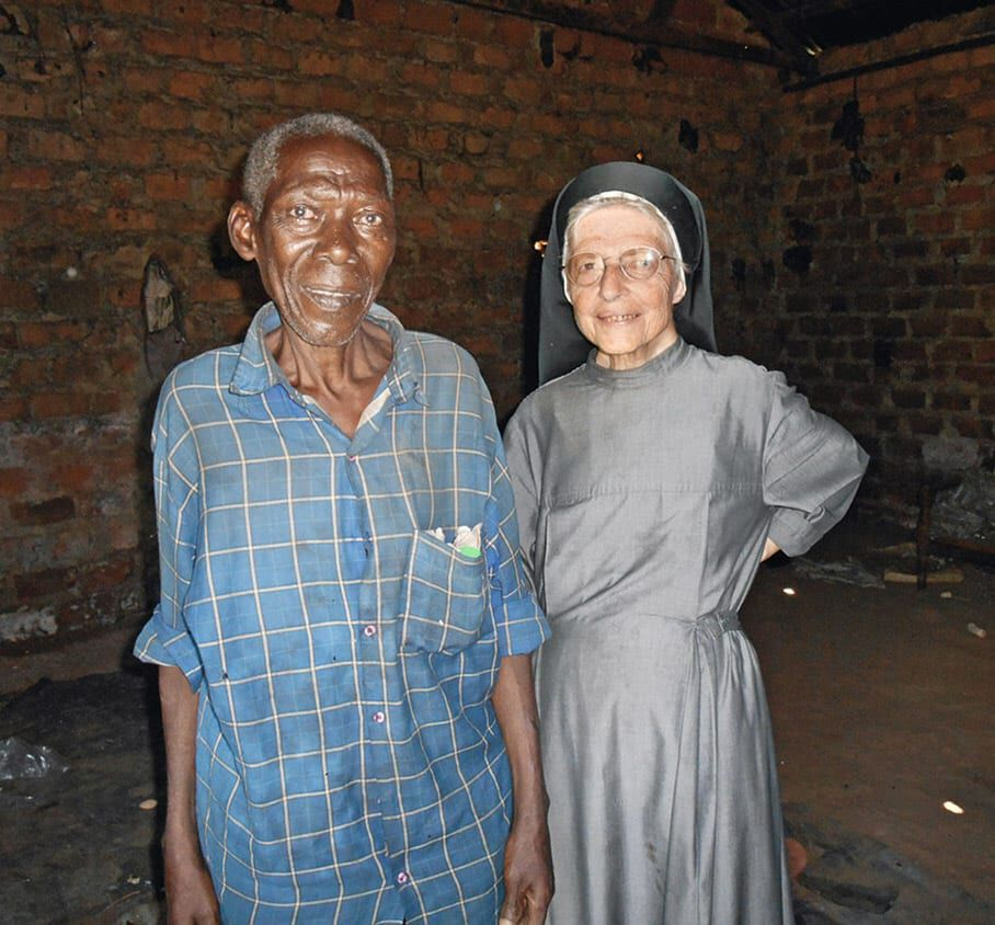 Schwester-Margit-mit-einem-Einwohner-Ugandas
