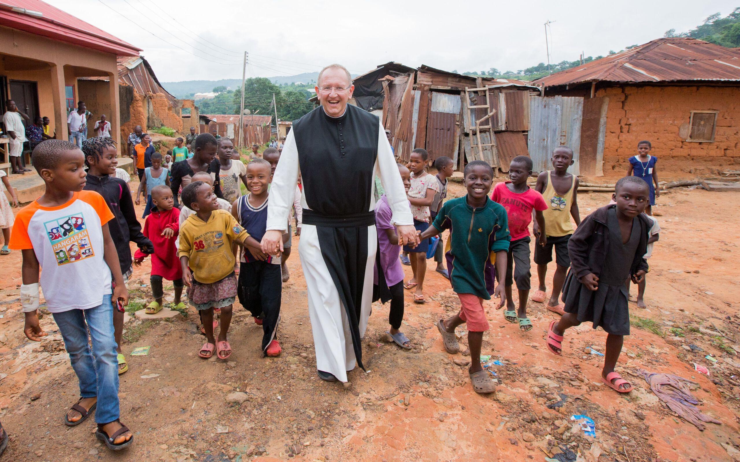 Pater Karl Wallner mit Kindern